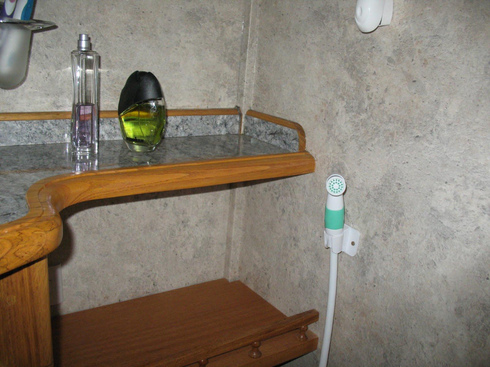 Botiquin Para Baño En Pvc:Amplio estante para articulos del baño, y ducha higienica-