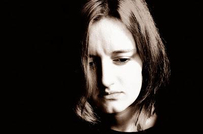 صورة كئيبة وحزينة لفتاة جميلة