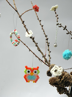 Tutorial for a Scandinavian inspired little tree with funny ornaments.