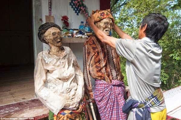 Đào trộm xác chết mang về làm đám cưới ma
