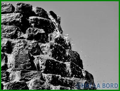 detaliu fantana piramida parcul lumea copiilor