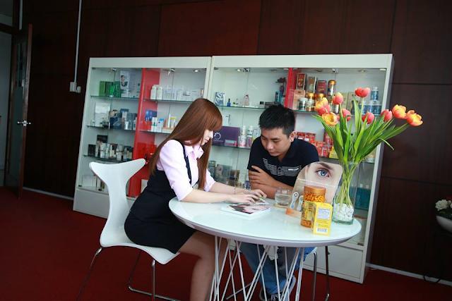 Tận tâm tư vấn khách hàng cùa đội ngũ nhân viên công ty Mỹ Phẩm Hoa Anh Đào