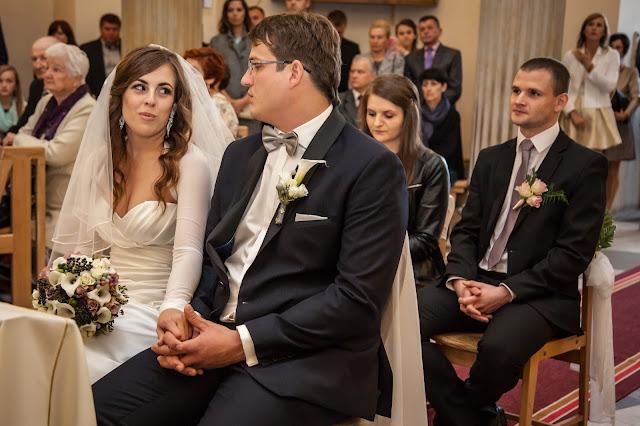 Pastelowo szare kwiaty na ślubie.