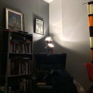 lamput huoneen kulmassa jalkalampussa