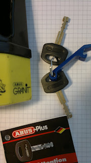 2 keys, kodbricka finns, men jag vet inte om det är till rätt lås.. Skickar med såklart.