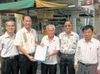 73岁洪崇伟老伯  边卖豆腐花边收集3000签名  再掏千元捐董联会