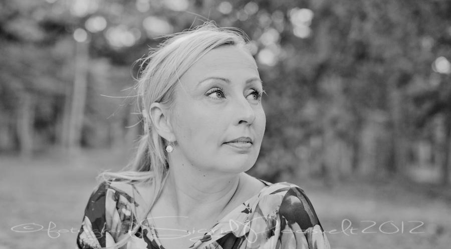naine-portreefoto-mustvalge-oues