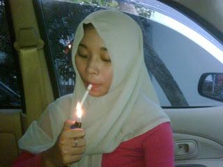 Trend Merokok di Kalangan Perempuan Melayu Bertudung [5 Foto]