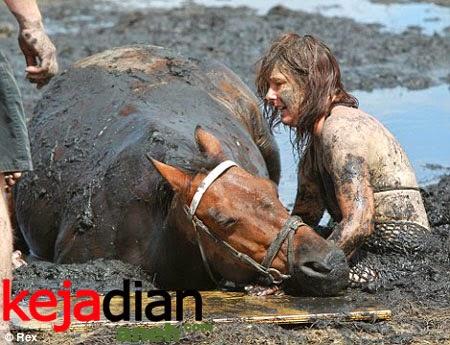 Ibu Muda Selamatkan Kudanya dari Lumpur Hisap