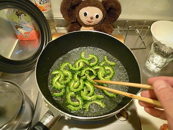 スルメイカとゴーヤのトマト炒めの作り方(1)