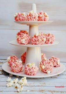 Rosa Marshmallow-Popcornbälle mit gerösteten Mandelsplittern, nicht nur für die Augen ein Genuss