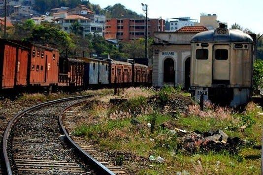 Trens e trilhos abandonados