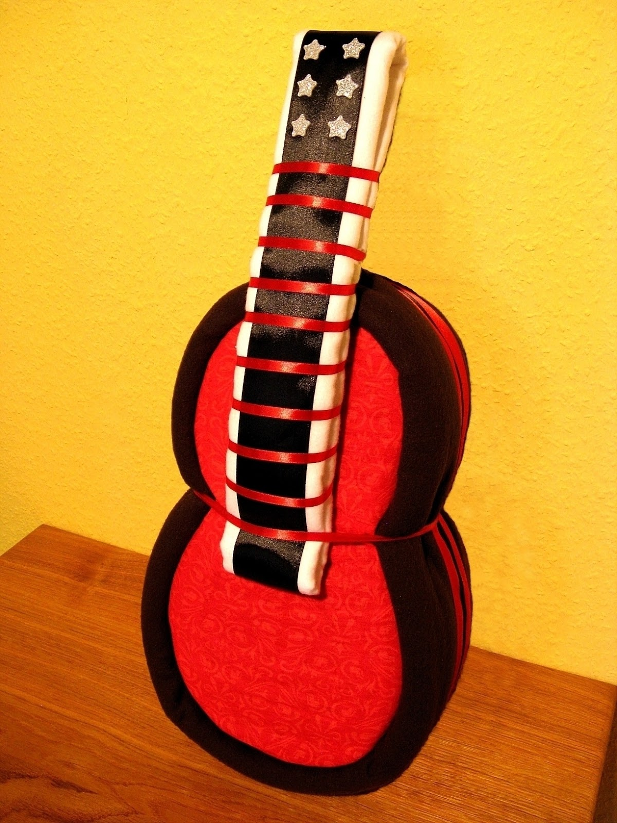 little wonders windeltorten was haben gitarren und eulen gemeinsam. Black Bedroom Furniture Sets. Home Design Ideas