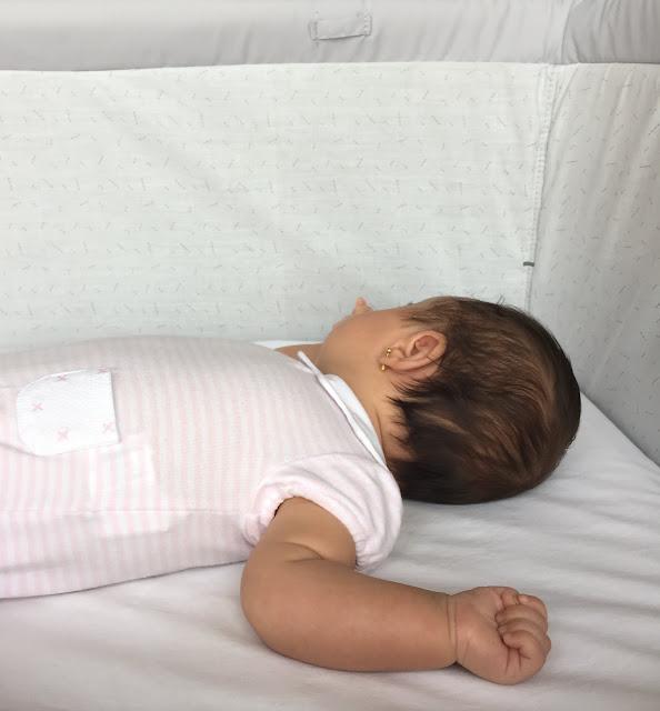 Así veo desde mi cama a mi hija Ángela dormir plácidamente en su minicuna