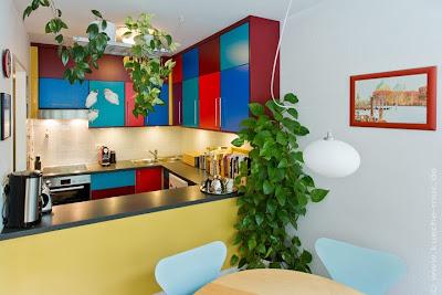 Neue Küchenfronten in blau, rot und türkis bringen Farbe in Ihre Küche