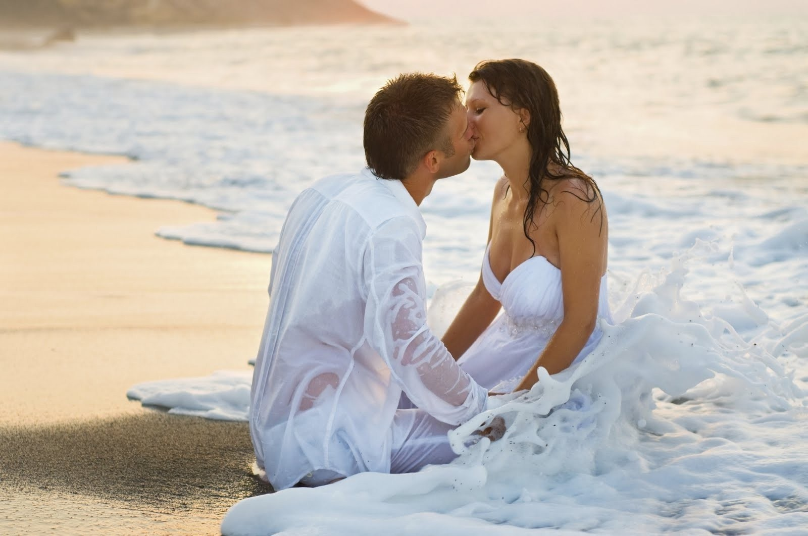 Romantic Couple Kiss Images at the Beach