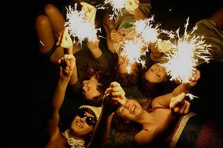 Se algum dia a luz da nossa amizade se apagar,  acendemos uma vela e se a vela se apagar,  continuaremos amigos porque a amizade verdadeira brilha até mesmo no escuro.