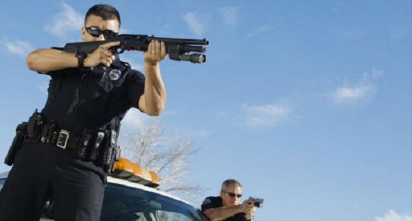 ΕΚΤΑΚΤΟ! Αστυνομικοί μπαίνουν σε σπίτια όσων αναρτούν σχόλια εναντίον των «προσφύγων» …(Bίντεο)