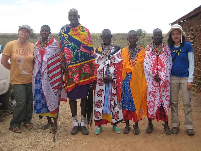 Le chaman de la tibu, Kasaine, ses épouses, une soeur, Monica et moi.