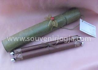 undangan pernikahan gulung manik packing daun