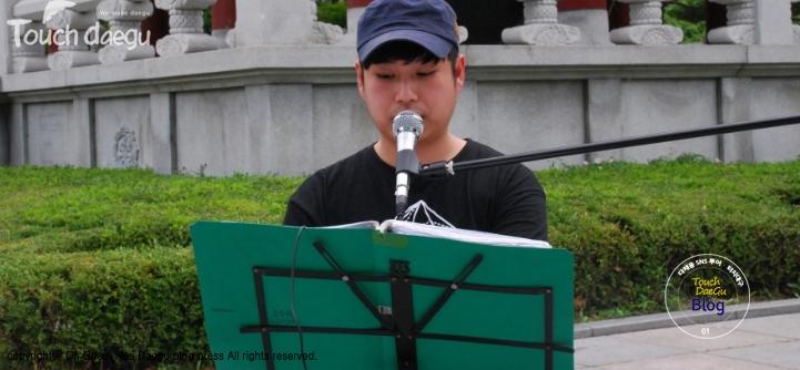 A man sing a song at Daegu Art Creation Center Free Market