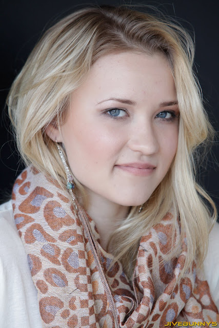Singer Emily Osment in Stylish Sweet Wool Scarf Fashion