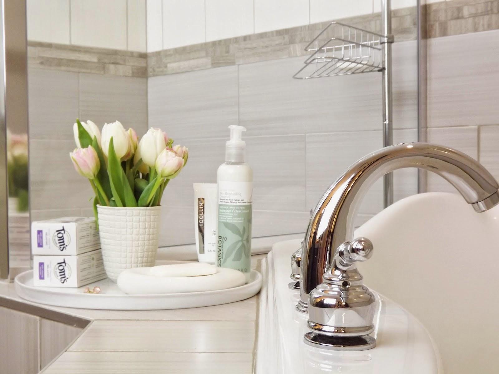 Hoa thơm cạnh bồn tắm acrylic trắng tinh