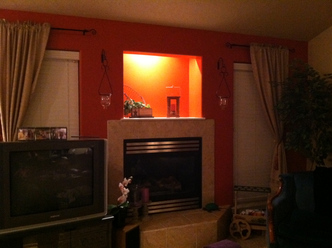 Red accent wall living room simple home decoration - Burnt orange feature wall living room ...
