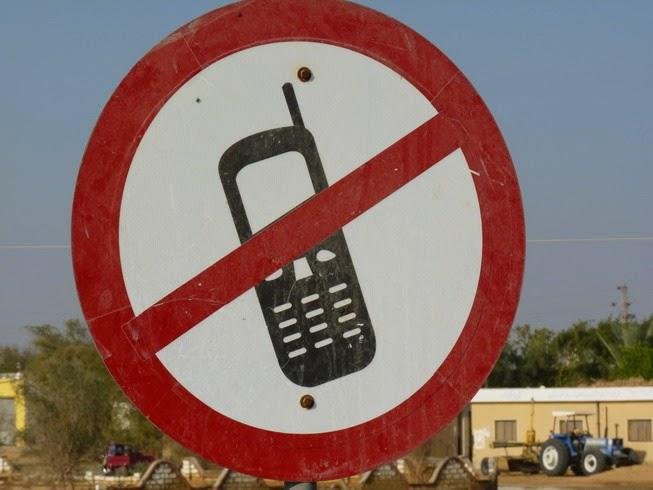 Prohibido el móvil mientras se conduce.
