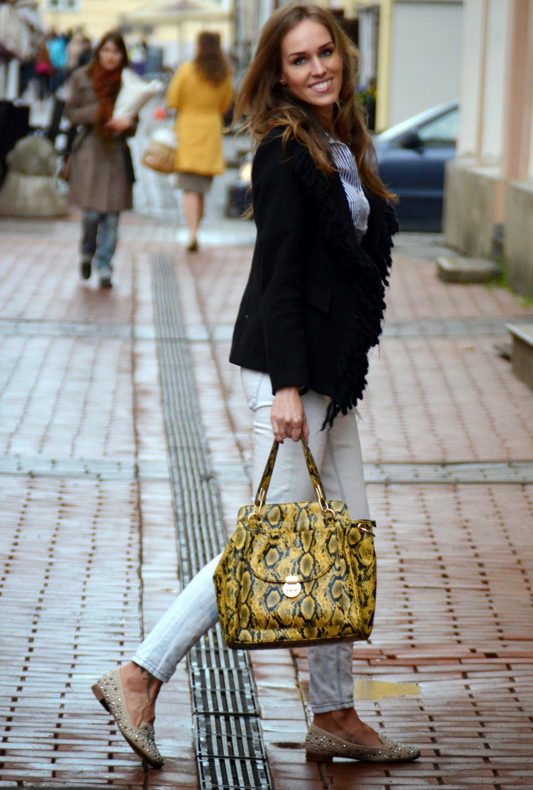 black-white-casual-outfit-yellow-bag