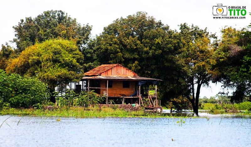 Casa localizada em ilha que separa os rios Amazonas e Tapajós, em Santarém, no Pará, na Amazônia