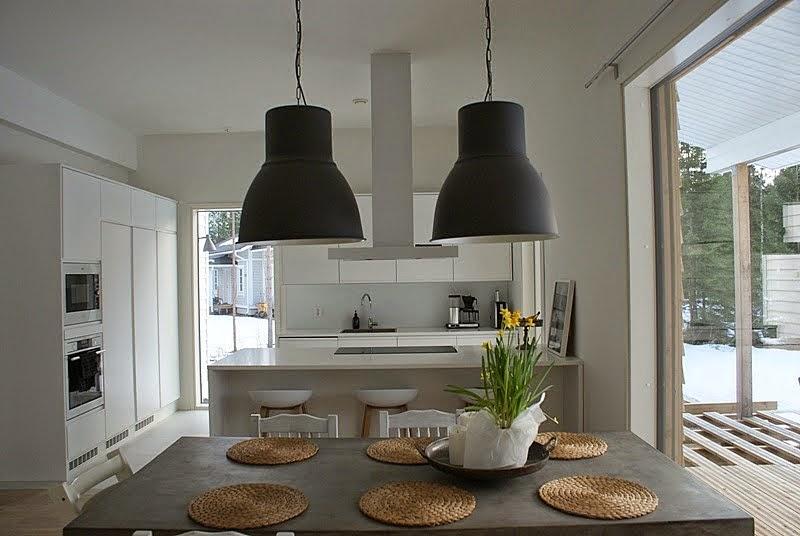 valkoinen keittiö, betonipöytä, hay baarituoli