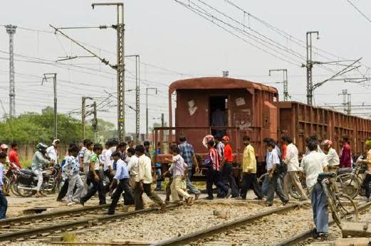 Lima murid sekolah rendah maut dalam perlanggaran bas sekolah kereta api di India