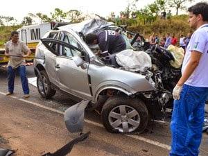 Motorista bate carro de frente com carreta e família morre em Perdizes