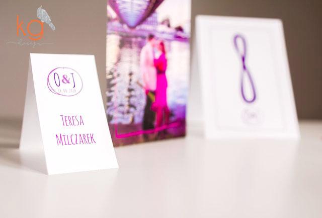 radosne, lekkie, wesołe, zaproszenie ze zdjęciem, ramka, fuksja, fioletowy, biały, dodatki ślubne, winietki, menu, plan stołów, numery stołów składane, magnesy, podziękowanie dla gości, nietypowe, oryginalne zaproszenia ślubne, dodatki, ręcznie robione, zaproszenia duże osobne karty wiązane wstążką, zaproszenia ze zdjęciem młodych, Paweł Borówka, zdjęcia w zaproszeniu, sesja narzeczeńska, rysowane elementy na zaproszeniu, karteczka na kołacz, podziękwoanie dla gości, prezent dla gości, menu wolnostojące A4, magnesy na prezent, magnesy na lodówkę,