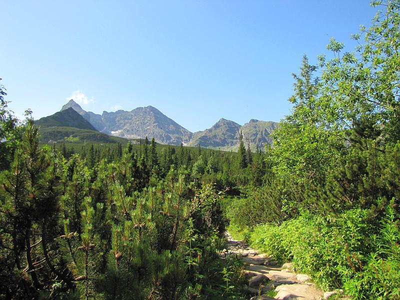 Wchodzimy na Halę Gąsienicową, przed nami szczyty (od lewej): Kościelec, Świnica, Pośrednia Turnia, Skrajna Turnia.