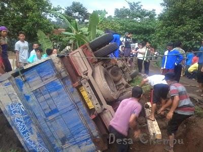 Truk Terguling di Jalan Desa Cilembu
