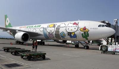 BADAN sebuah pesawat Eva Airlines yang dihiasi dengan gambar watak kartun Hello Kitty berada di Lapangan Terbang Taoyuan, utara Taiwan kelmarin.