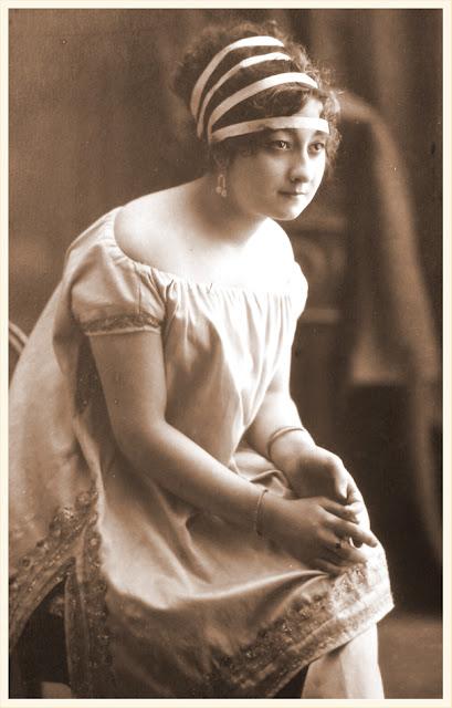dama vintage en postal antigua