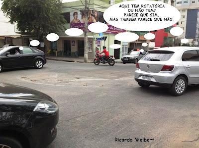 Publicada no jornal Agora de 28 de agosto de 2013, esta montagem sobre foto mostra o problema enfrentado por motoristas no cruzamento das ruas Mato Grosso e Rio de Janeiro, em Divinópolis. Parte da rotatória foi removida durante obras no trecho. A metade que sobrou confunde os condutores e pode causar acidentes.