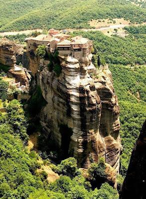 Biara di atas batu4