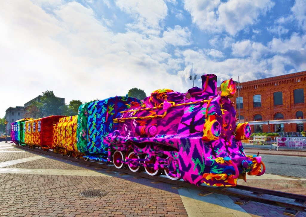 olek-yarn-bombing-train