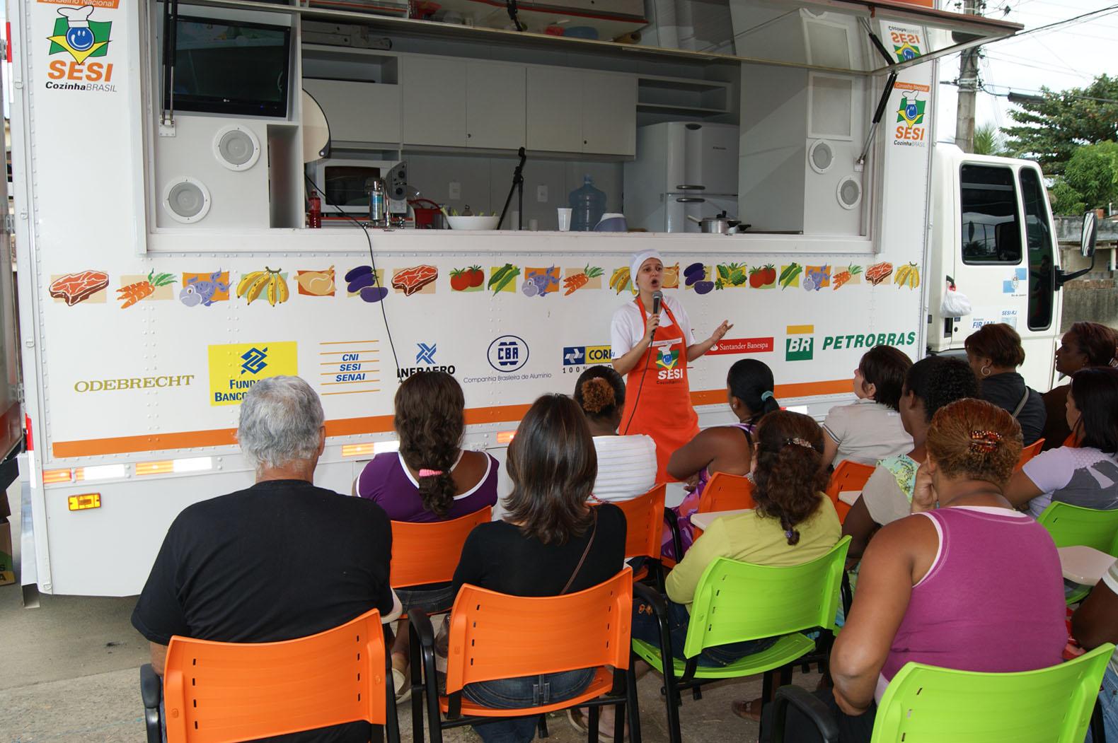 Prefeitura de Queimados: Programa Cozinha Brasil ensina donas de casa  #B83C13 1580 1051