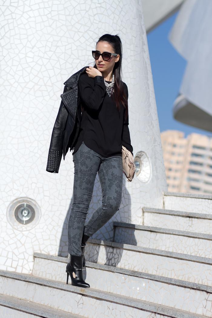 Total Black Blusa con cuello y puños de polipiel con chaqueta biker con tachuelas de Zara