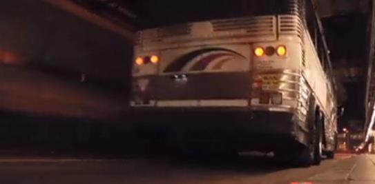 Insólito: se masturba mientras conduce un autobús. Vídeo