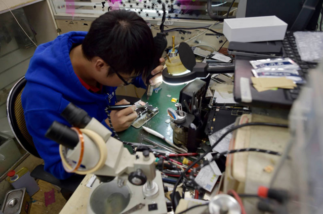 Teknisi Xu sedang mengupgrade memori iphone