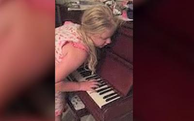Gadis Ini Bermain Piano Dalam Kondisi Tertidur
