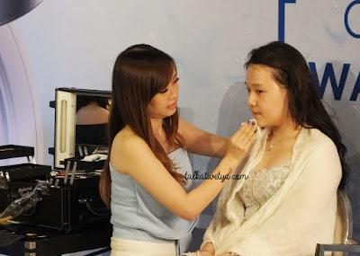 MUA Dessy Lin sedang memberikan demo makeup menggunakan produk The Face Shop