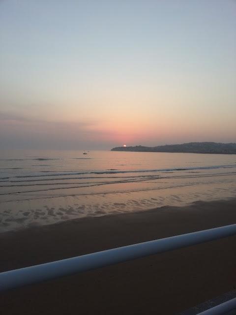 fotografia de un amanecer en la playa de San Lorenzo en Gijon