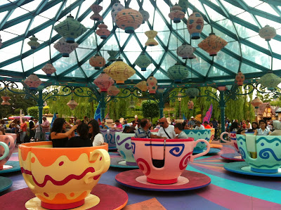 Alice in Wonderland and the Mad Hatter's Teacups in Fantasyland at Disneyland Paris www.thebrighterwriter.blogspot.com